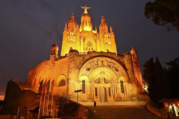 В тёмное время суток храм красиво подсвечивается.