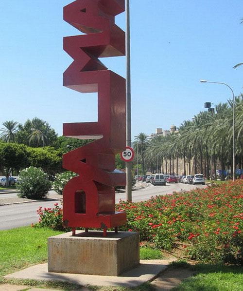 Инсталляция с название города.