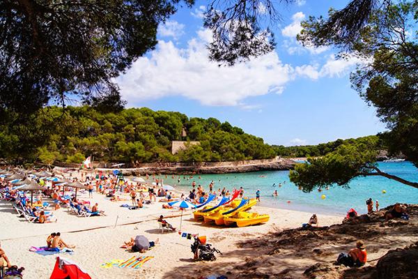 Пляж Cala Mondrago.