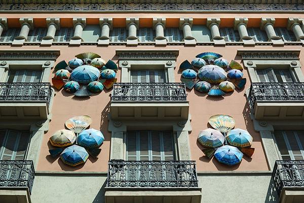 Зонты на фасаде Дома зонтиков.