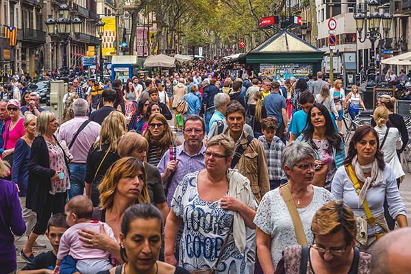 Люди гуляют.