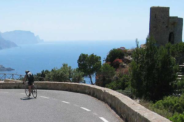 По острову — на велосипеде.