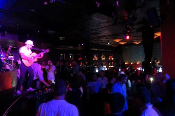 Концерт в ночном клубе.