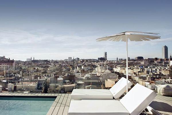 Отдых на крыше-террасе отеля.