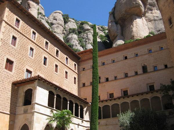 Montserrat — здесь живут монахи-отшельники.