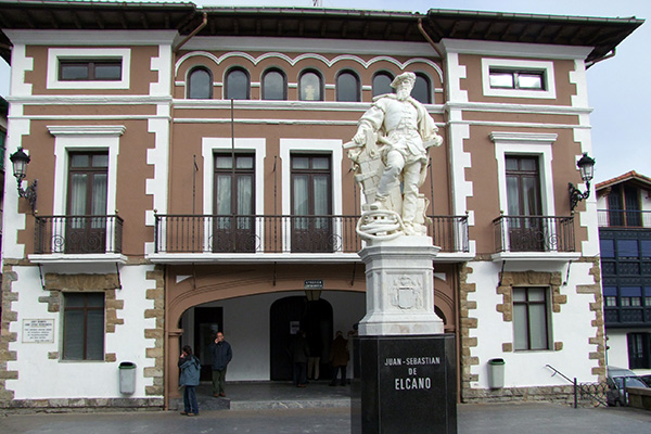 Памятник Элькано.
