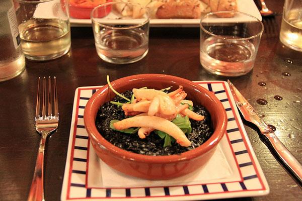 Каракатицы в чернильном соусе.