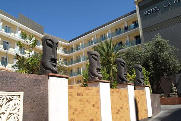 Лица из камня перед входом в отель.