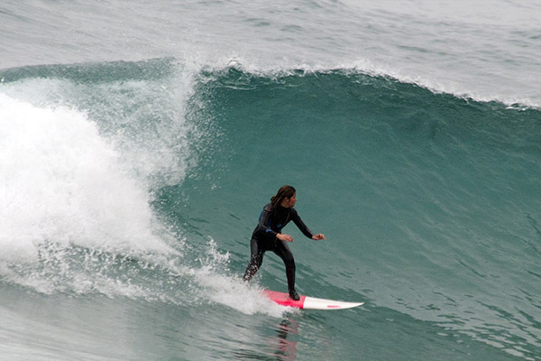 Сёрфингистка.