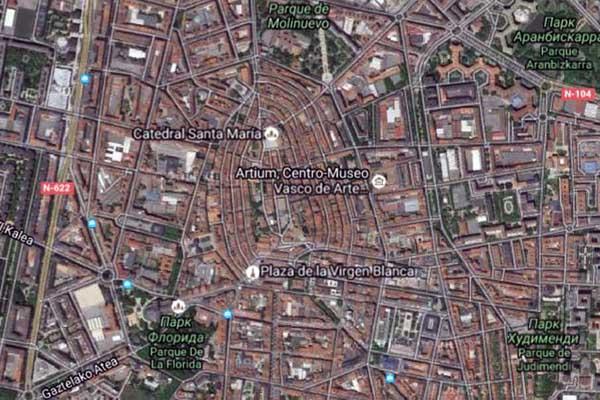 С высоты птичьего полёта центр города похож на миндальное зёрнышко.