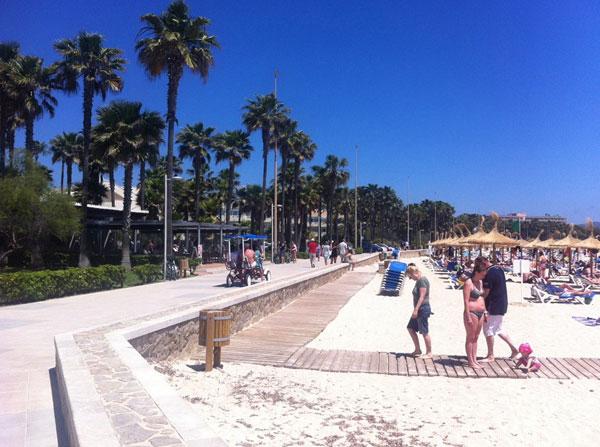 Туристы возвращаются в отель с пляжа Са Кома.