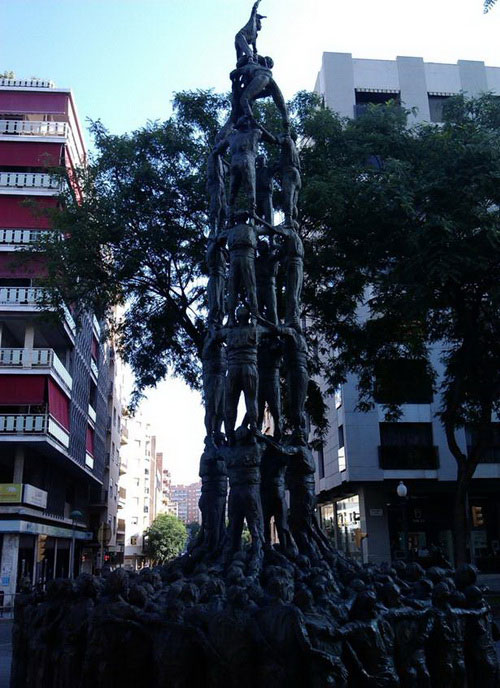 Строительство башен из людей в Испании.