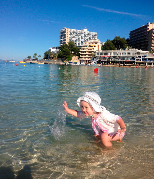 Малыш на берегу.