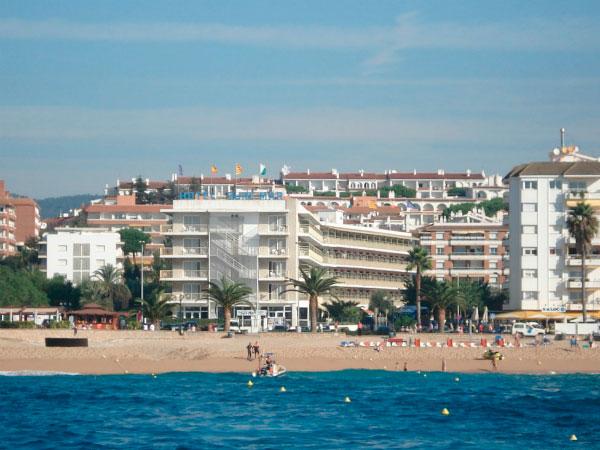 Отель на берегу.