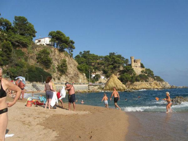 Люди на пляже.