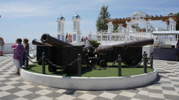 Пушки на площадке.
