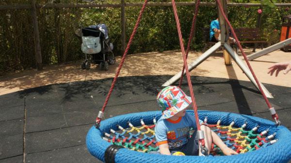 Ребёнок в гамаке.
