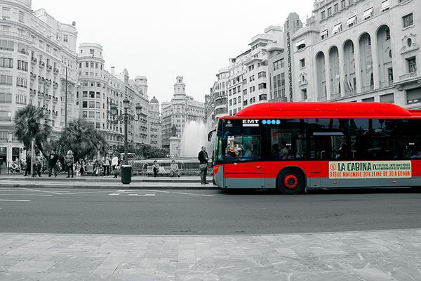 Автобус на площади.