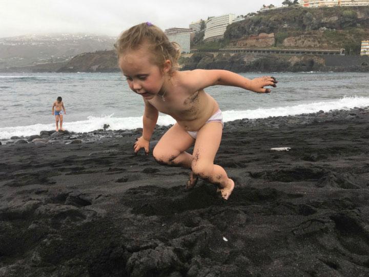 Пляж с чёрным песком.