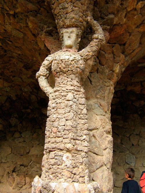 Колонна ф форме женщины.