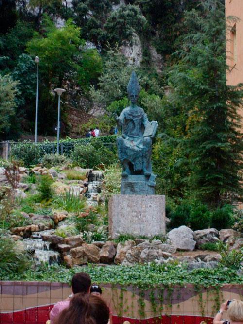 Памятник священнику.