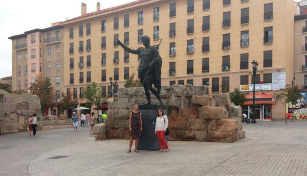 Девушки у статуи.