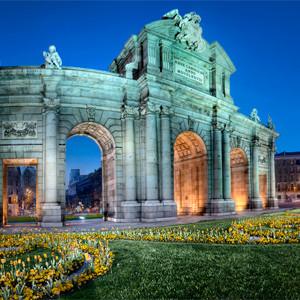Триумфальная арка Puerta de Alcalá в Мадриде