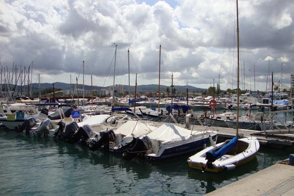 порт и стоянка яхт в городе Камбрилс