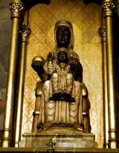 В самом монастыре на горе Монтсеррат находится статую Черной Мадонны