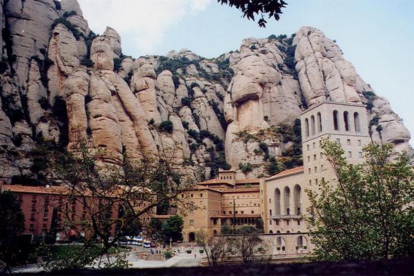 На вершине горы Монтсеррат находится монастырь.