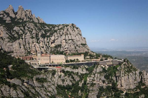 Вид на монастырь находящийся на горе Монтсеррат
