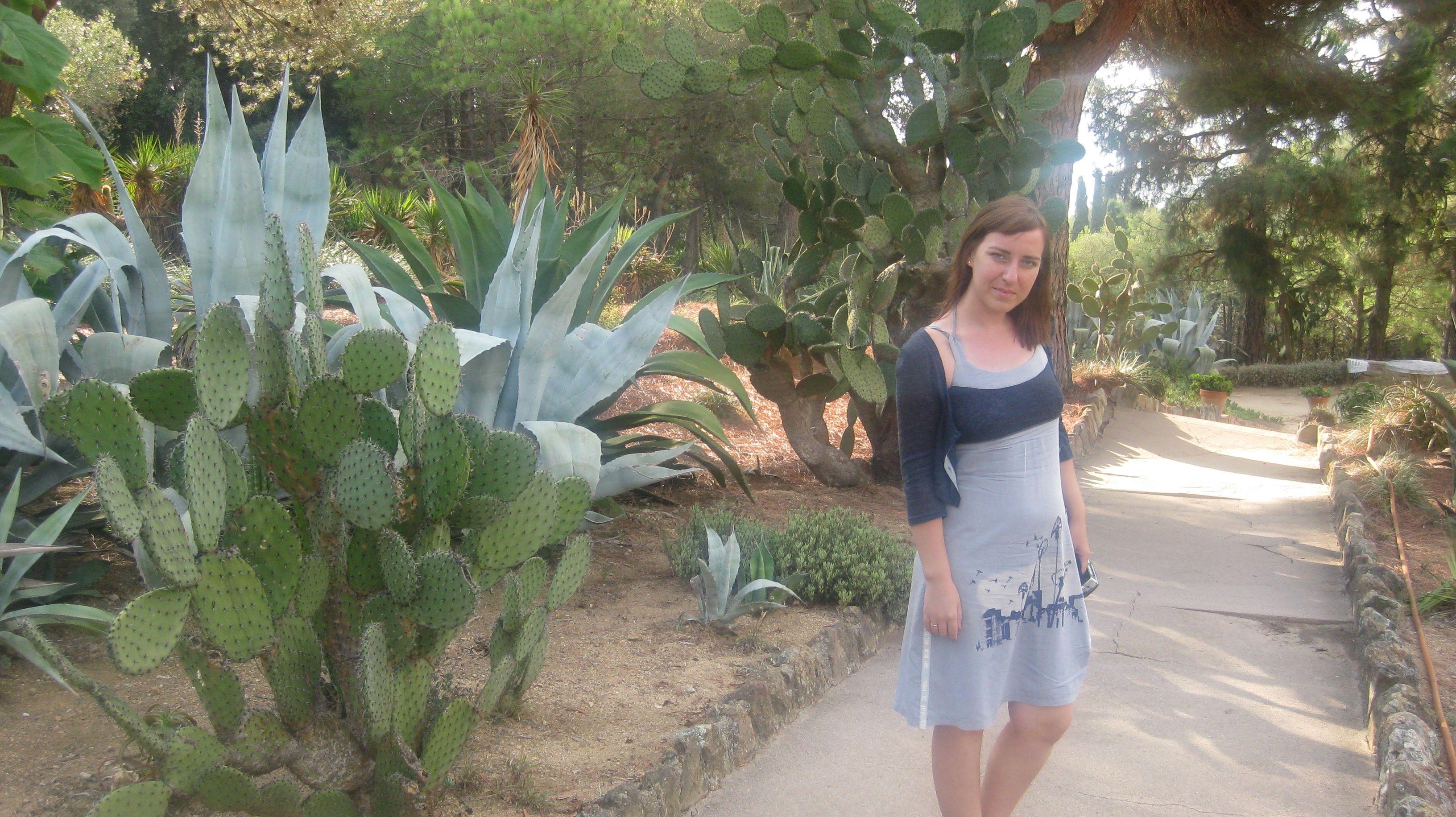 Жена Екатерина гуляет в парке кактусов в Ллорет-де-Мар.