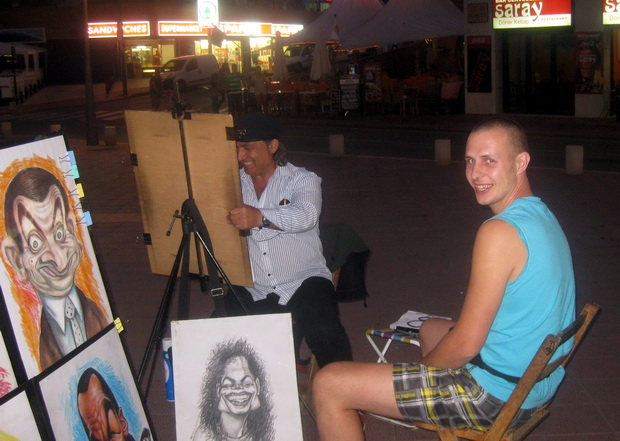Уличный художник на набережной Ллорет де Мар.
