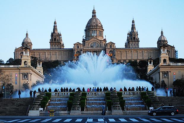 У поющих фонтанов всегда много туристов.