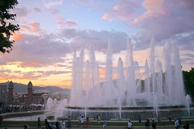 Поющий фонтан красив и днём, и в ночное время.