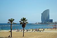 Пляжи Барселоны манят золотистым песком.