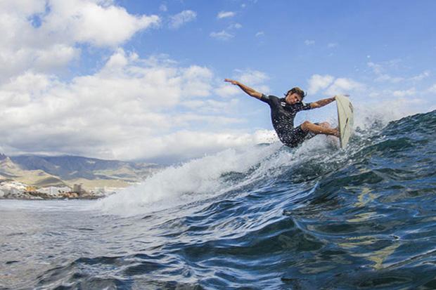 Захватывающий дух серфинг у испанских берегов.