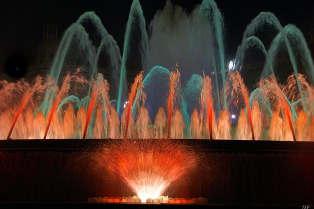 Из-за причудливого переплетения струй фонтаны часто называют танцующими.