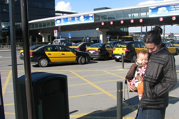 Машины такси окрашены в характерные чёрные и жёлтые цвета.