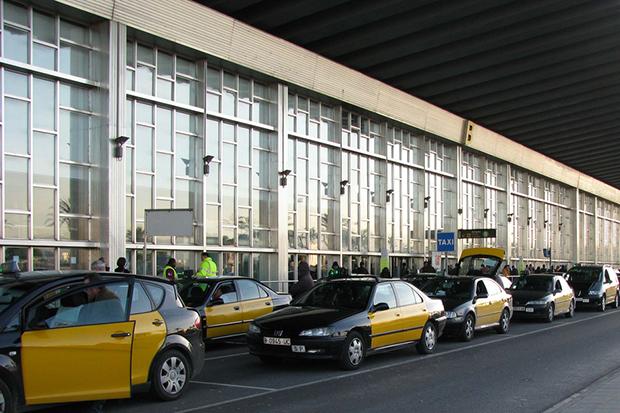Стоянки такси расположены у главных выходов терминалов.