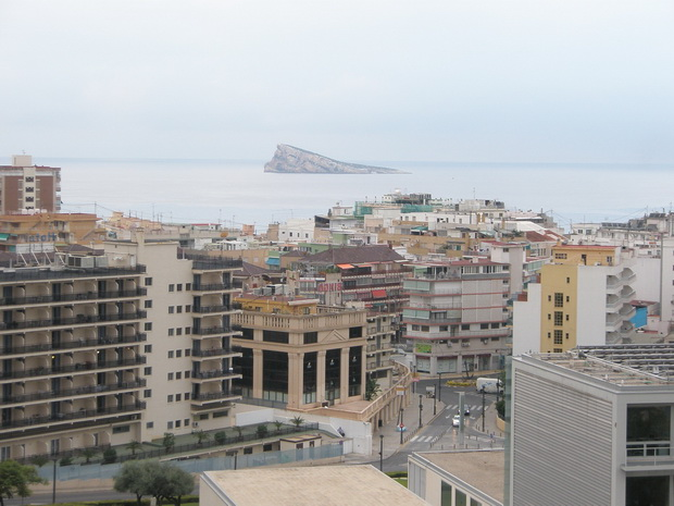 Вид на город и море из окна отеля.