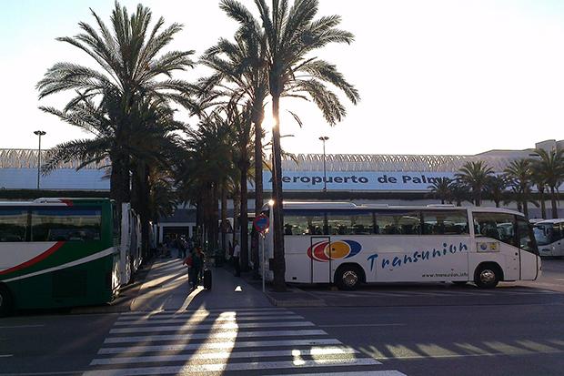 В пик сезона автобусы переполнены.