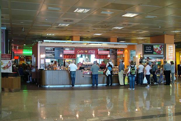 В зоне duty-free предлагают стандартный набор алкоголя, сигарет и продуктов.