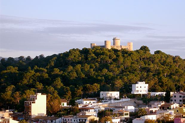 Замок Бельвер возвышается на 140-метровом холме.