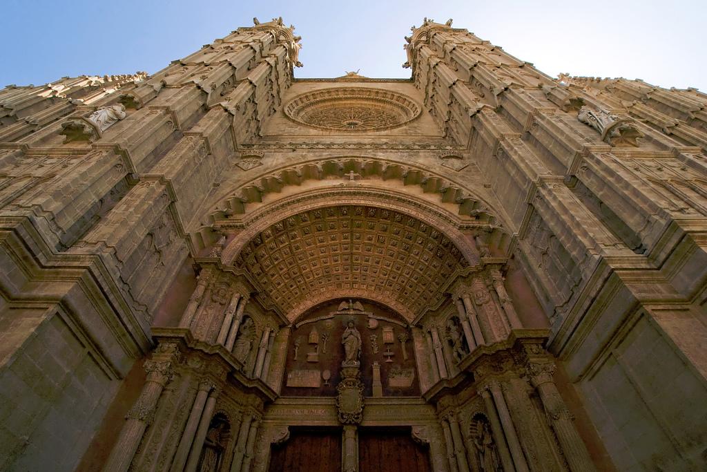 Этот готический собор строился почти восемь столетий.