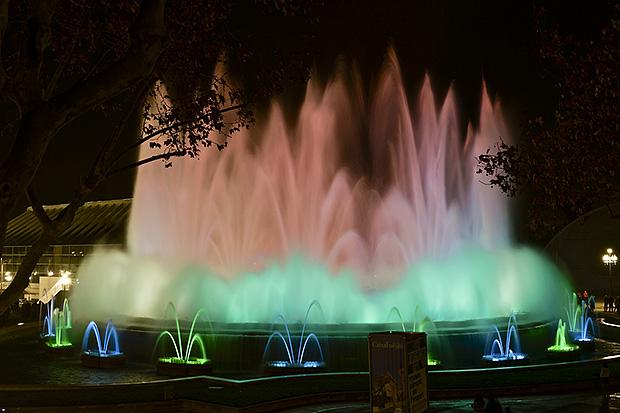 Поющий фонтан переливается разными красками  и особенно красив в тёмное время суток.