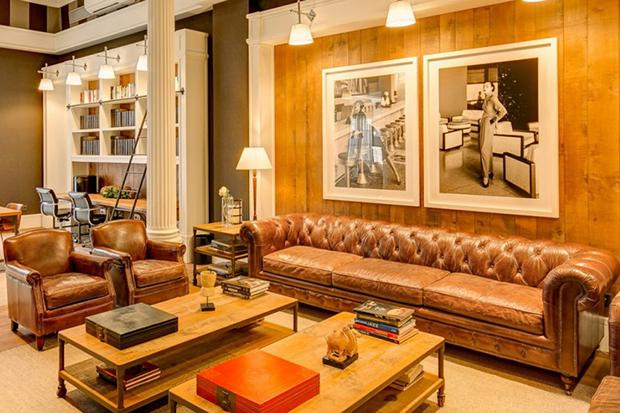 Кожаная мебель, картины, лепнина и колонны порадуют любителей классики в интерьерах.