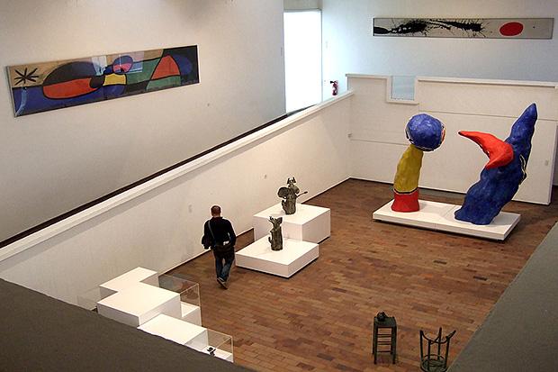 В доме-музее Хуана Миро собраны скульптуры и картины разных художников.