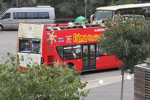 Прокатиться по городу можно на красном туристическом автобусе.