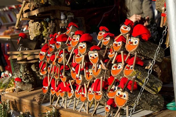 На рождественском базаре можно купить забавные фигурки и ёлочные игрушки.